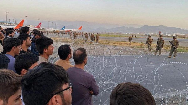 Ribuan Warga Penuhi Bandara Kabul, Tentara AS Lepas Tembakan