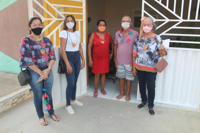 """Prefeitura de Caraúbas leva """"visitas carnavalescas"""" aos idosos do Amante das Caraubeiras"""