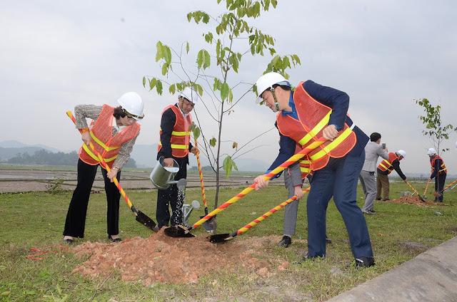 Đầu năm trồng cây dọc quốc lộ góp phần đảm bảo ATGT