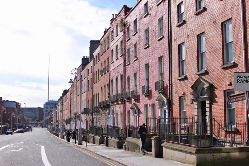 vue d'une rue résidentielle avec des maisons aux portes typiquement irlandaises