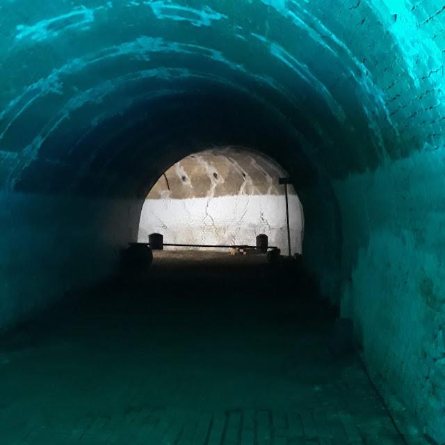 tiilitehdas uuni valoa tunnelin päässä