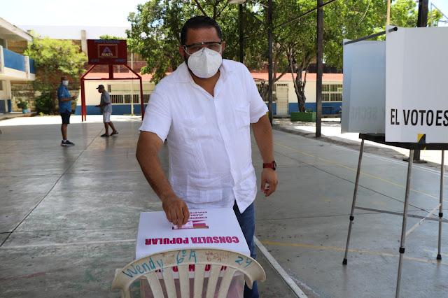 Vota funcionario de Acapulco en la consulta popular