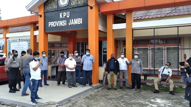 Datangi KPU Jambi, Massa Desak KPU RI Nonaktifkan Sanusi
