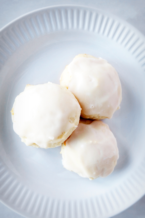 plated vanilla buttermilk cookies