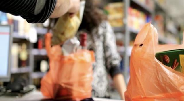 المدير التنفيذي يصحح قانون الأكياس البلاستيكية