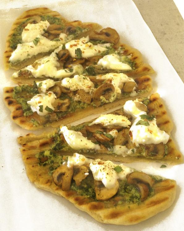PIZZA AL GRILL CON PESTO CHAMPIÑONES Y BURRATTA la cocinera novata cocina receta italia italiano masa sin horno