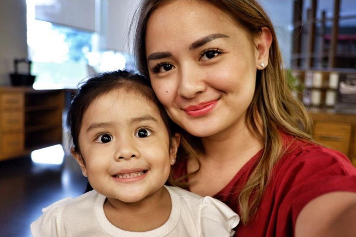 Artis Hot Mom Joanna Alesandra mans bibir merah