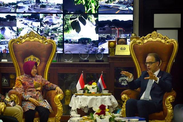 Wali Kota Risma saat berbincang dengan Wakil Menteri Belanda Bidang Perdagangan Peter Potman.