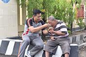 Kapolres Sidrap Bantu Menyuapi Warga Penderita Disabilitas