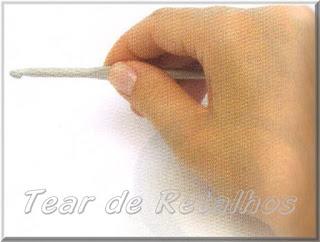 Foto mostrando uma pessoa destra segurando a agulha de crochê com a mão direita no estilo faca.