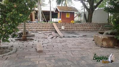 Execução da escada de pedra folheta com os pilares de pedra do rio em construção de casas em Itatiba-SP.