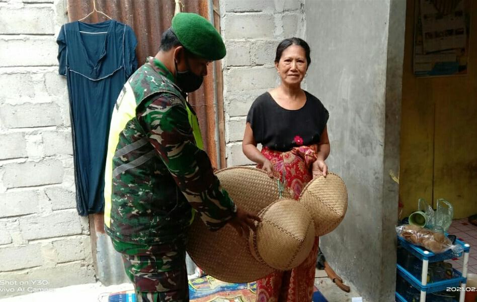 Lakukan Komsos, Babinsa Hermanto Ingatkan Warga Pembuat Anyaman Nyiru dan Tapis Selalu menerapkan Protocol Kesehatan