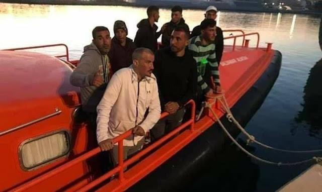 السلطات الإسبانية تفرج عن مهاجرين سريين مغاربة ظهروا في أحد الفيديوهات يعبرون البحر بواسطة قارب خشبي