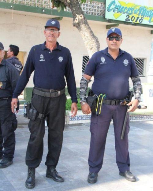Polisi Meksiko berpose dengan ketapel dan batu