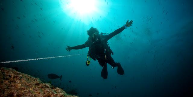 Bali nằm trên bãi biển đá Tulamben nơi có con tàu đắm Liberty nổi tiếng thu hút các thợ lặn. Ngoài ra san hô, bọt biển, rùa và các loài cá khác nhau có thể được khám phá trong vùng nước trong vắt.