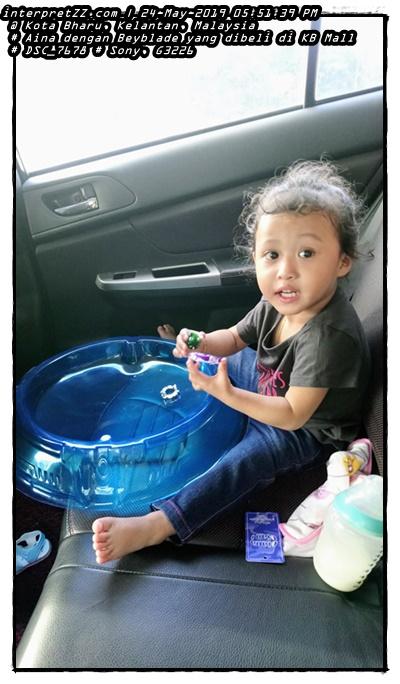Gambar Aina sibuk nak main Beyblade dalam kereta