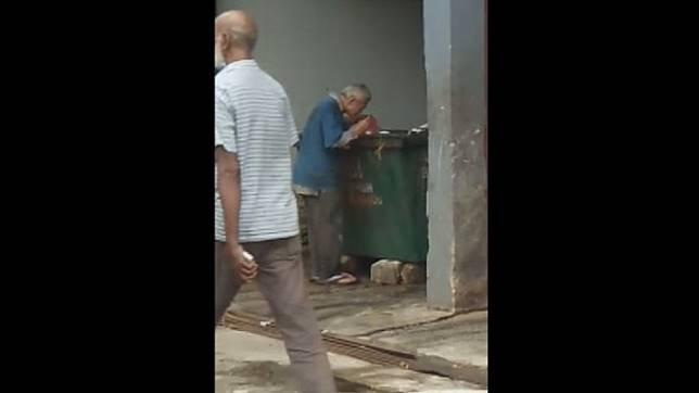 Kelaparan, Pria Tua Ini Terpaksa Mencari Makan di Tong Sampah