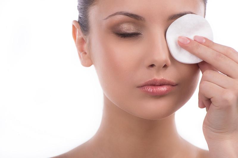 Cara Membersihkan Sisa Eye Makeup
