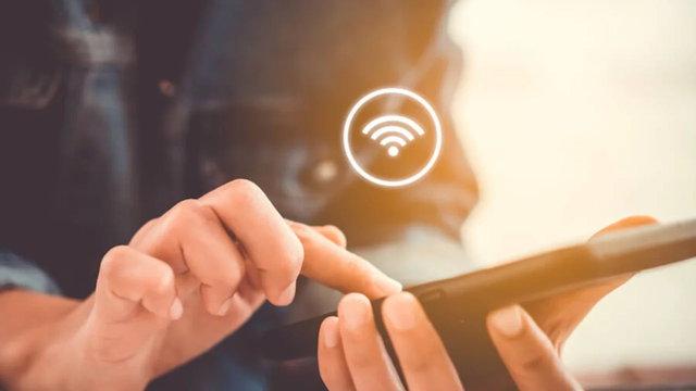 """Sadece sosyal medyada gezinmek için bile olsa Wi-Fi şifresi kırmak her türlü suç teşkil ediyor. Eğer bir başkasının Wi-Fi ağına izinsiz bağlanırsanız """"karşılıksız yararlanma"""" adı altında suç işlediğinizi, ve bu suçun 6 aydan 2 yıla kadar hapis cezası olduğunu belirtiliyor."""