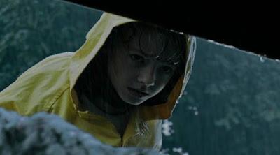 En la película de It: chapter 1 del 2017, Georgie con su chubasquero amarillo