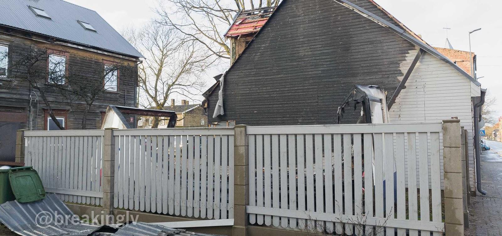 Ugunsgrēka cietusī māja, kurai blakus atrodas cita dzīvojamā māja