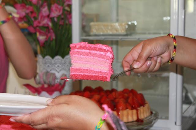 Kindergeburtstag mit Torte in pink