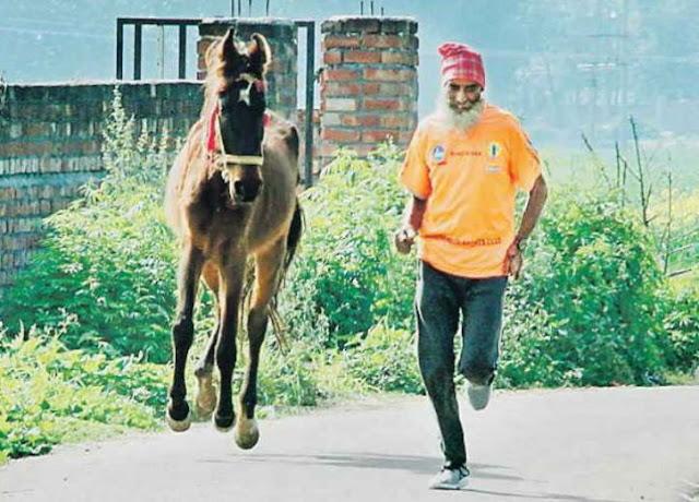 घोड़े के साथ 66 साल के 'बुजुर्ग' की रेस, डेढ़ घंटे में दौड़ते हैं 31KM - newsonfloor.com