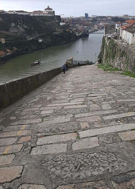 homem subindo a calçada nas margens do rio