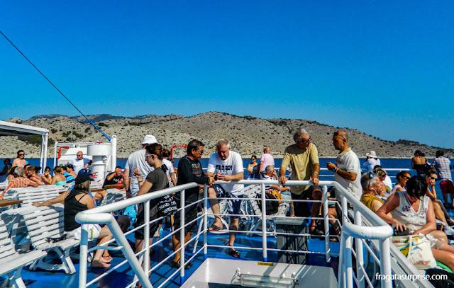 Navegando de Rodes à Ilha de Sými a bordo da embarcação Panagiá Skiadeni