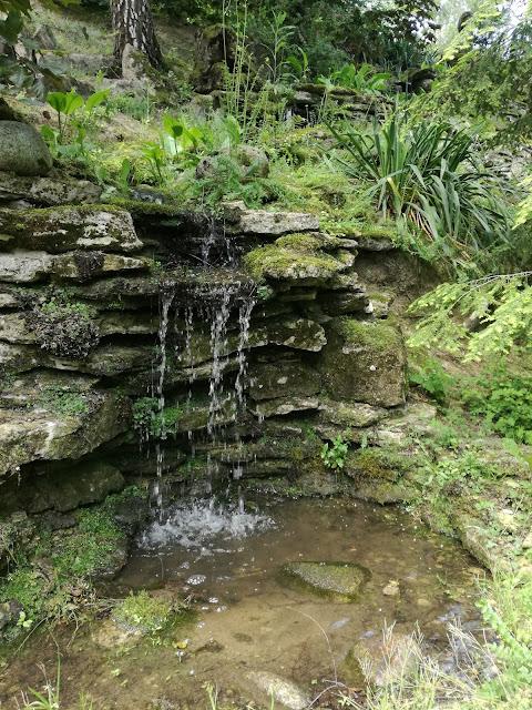 kaskada wodna, kamień w ogrodzie