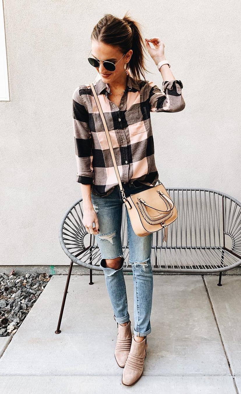 comfy spring outfit / flannel shirt + nude bag + boots + ripped jeans