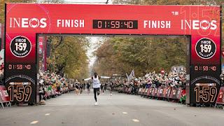 ATLETISMO - Histórico Eliud Kipchoge siendo el primero que baja de 2 horas en una maratón. Kosgei también batió el récord femenino