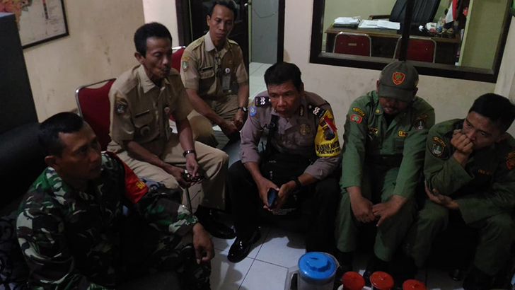 Babinsa Kepatihan Kulon Koramil 04/Jebres berikan arahan tentang tugas dan tanggung jawab Linmas demi suksesnya pemilu 2019