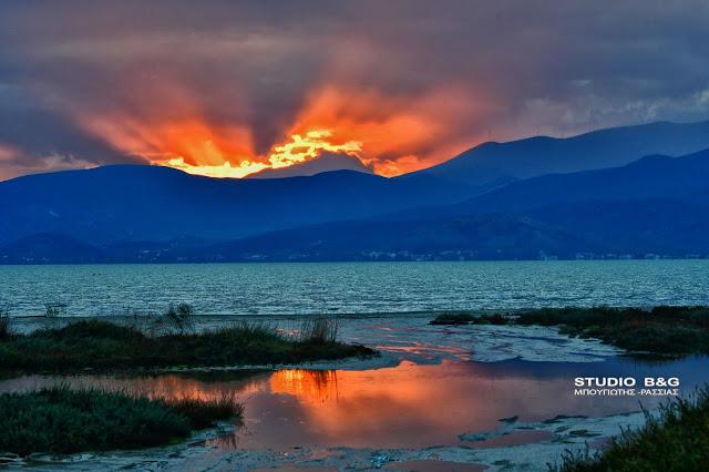 Στιγμές ονειρικές με ηλιοβασίλεμα βγαλμένο από παραμύθι στο Ναύπλιο (βίντεο)