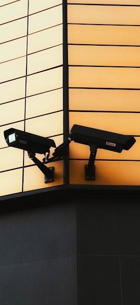 خلفية كاميرات مراقبة على مبنى مغطى بالواح معدنية