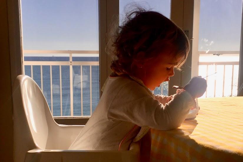 Bebé de dos años tomando leche con la cuchara