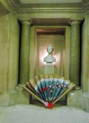 busto de mulher e trabalho manual sobre as camélias