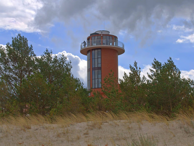 wieża widokowa Dębki, jak wygląda z plaży