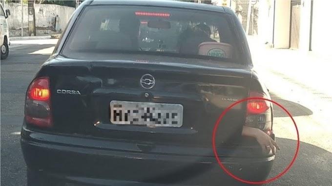 """""""LIVRAMENTO"""" - Motorista flagra mão para fora de porta-malas de carro e mulher escapa de assassinato"""