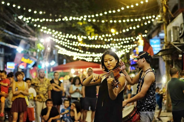 Hanoi Walking Street is the ideal place for weekend entertainment