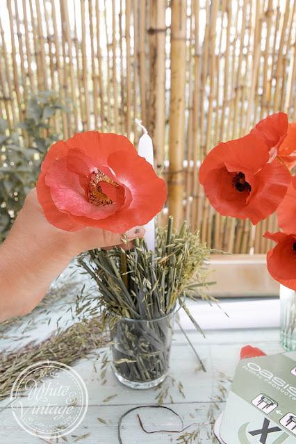 Blumendeko mit Kerzen für den Tisch selbermachen