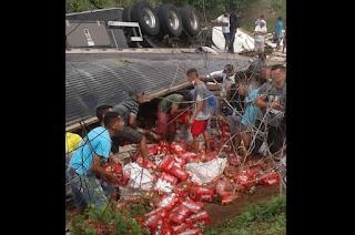 População saqueia carga de cerveja após carreta tombar, no interior da PB