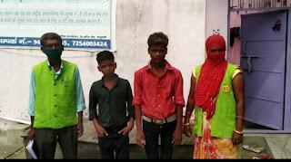 माँ अन्नपूर्णा कम्युनिटी किचन के सदस्यों ने जीआरपी के सहयोग से भटके दो बच्चों को चाइल्ड लाइन को सौंपा।