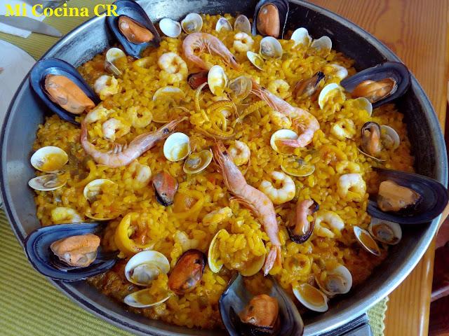 Arroz en paella con almejas mejillones calamares y - Arroz con gambas y almejas ...