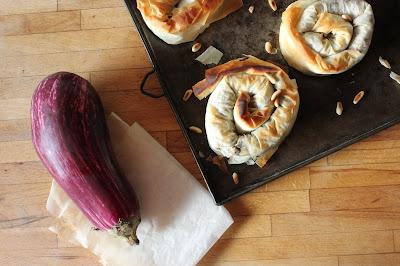 Cuillère et saladier : Feuilletés aux aubergines, raisins secs, citron et pignons (vegan)
