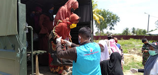 Relawan LPD sedang membantu Proses Evakuasi Pengunsi rohingya