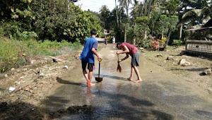Mana Pemerintahnya! Pasca Banjir Satu Keluarga Bersihkan Jalan di Jorong Baiang, Nagari Guguak Malalo.