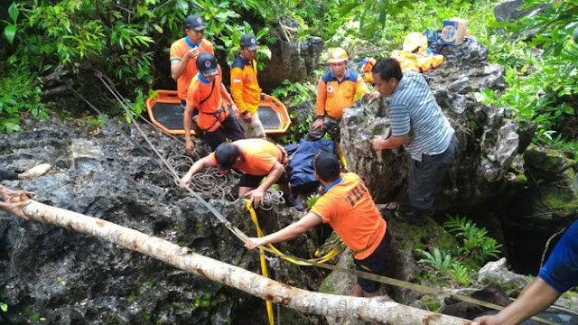 evakuasi-korban-kecelakaan-gua-luweng-jaran-di-pacitan