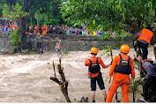 Demi Selamatkan Warga Terjebak Banjir di Barru, Anggota Brimob Lakukan ini