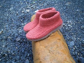 sapato tricotado, tingido e feltrado número 36 no casacalho
